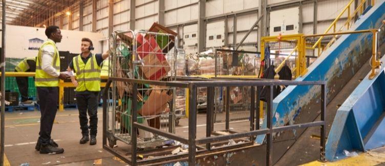 personas trabajando en planta industrial de reciclaje