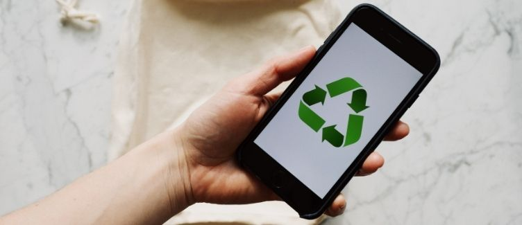 móvil con logo del reciclaje